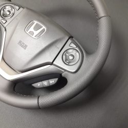 Перетяжка руля гладкой и перфорированной кожей Honda